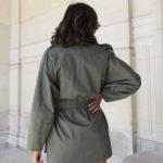 """Vue de dos de la Saharienne """"Meryl"""" en coton biologique portée par une mannequin"""