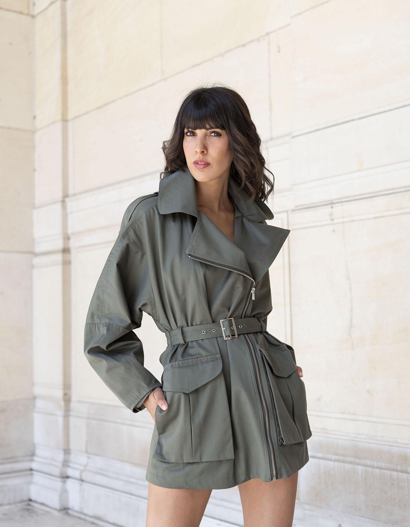Veste meryl kaki en coton biologique portée par une mannequin